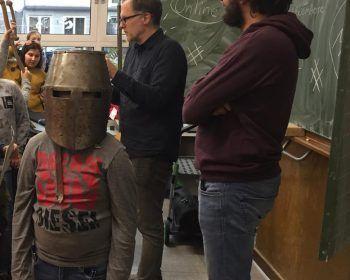 Das Bild zeigt einen Schüler mit Helm einer Ritterrüstung.