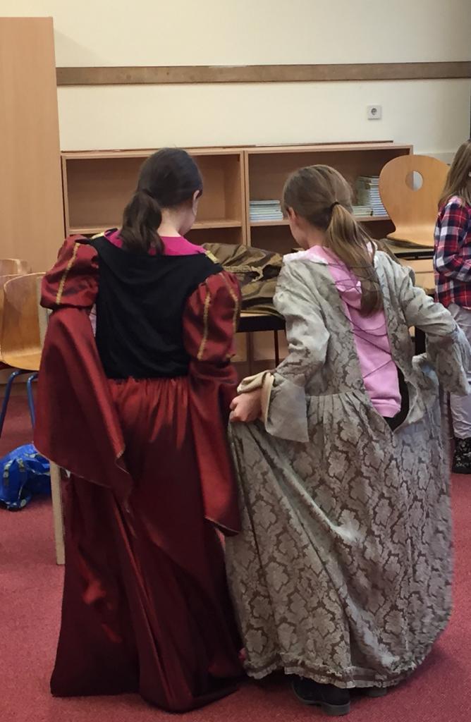 Das Bild zeigt zwei Schülerinnen in altertümlichen Kleidern