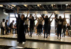 Das Bild zeigt Schülerinnen und Schüler beim Flamenco tanzen.