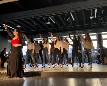 Das Bild zeigt Schülerinnen und Schüler beim Flamenco tanzen